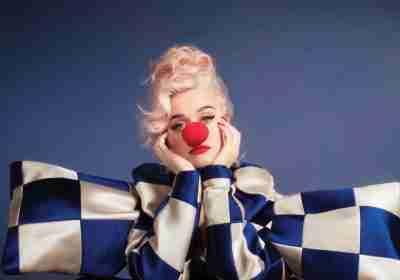 Nelle ultime settimane Katy Perry sta catalizzando attenzioni da tutto il mondo, non tanto per l'ultimo lavoro discografico Smile, quanto per aver dato alla luce la piccola Daisy Dove avuta da Orlando Bloom.